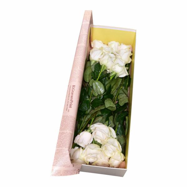 Cutie cu 15 trandafiri albi