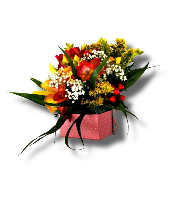 aranjament floral in cutie roz cu frezii
