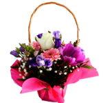 aranjament-floral in cos cu hartie colorata roz