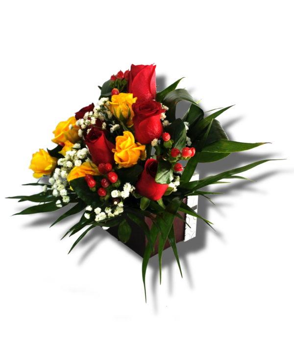 Aranjament floral care contine Trandafir, Miniroza, Hipericum