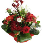aranjament floral in suport din palarie rosie