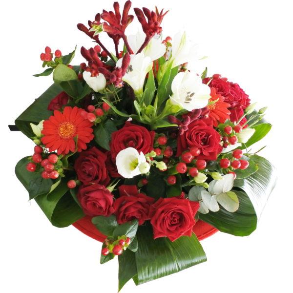 aranjament floral in suport din palarie