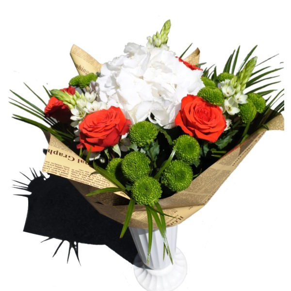 buchet de flori impachetat in foaie de ziar