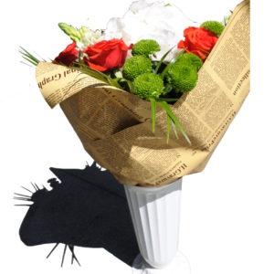 buchet de flori impachetat in foaie de ziar in vaza