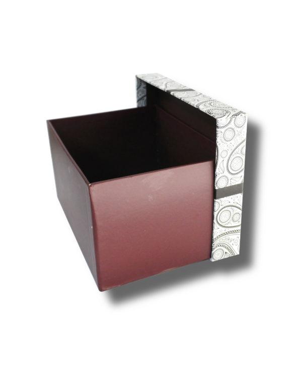 cutie mov aranjament floral cu-funda-mov cu capacul deschis